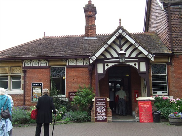 Photo:The entrance to Sheffield Park Station