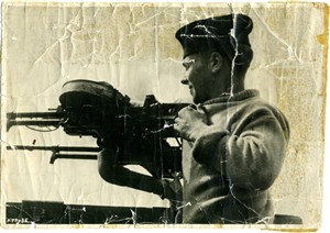 Photo:Bert manning the Lewis Gun